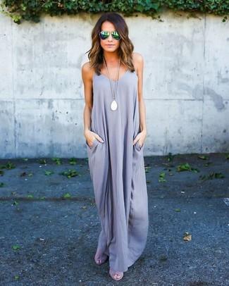 Как и с чем носить: серое платье-макси, серые замшевые босоножки на каблуке, зеленые солнцезащитные очки, белая подвеска