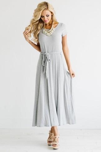 Как и с чем носить: серое платье-макси со складками, бежевые кожаные босоножки на каблуке, белое жемчужное ожерелье