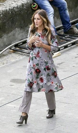 Как и с чем носить: серое платье-миди с цветочным принтом, серые брюки-клеш, темно-серые кожаные ботильоны на шнуровке