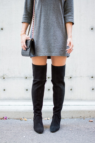 Как и с чем носить: серое платье прямого кроя с рельефным рисунком, черные замшевые ботфорты, черная кожаная стеганая сумка через плечо