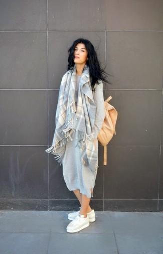 Как и с чем носить: серое платье-свитер, белые низкие кеды, светло-коричневый рюкзак, серый шарф в шотландскую клетку
