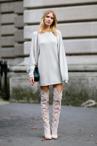 Модный лук: Серое платье-свитер, Серые замшевые ботфорты, Темно-зеленая кожаная сумка через плечо