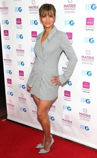 Как и с чем носить: серое платье-смокинг в вертикальную полоску, серебряные кожаные туфли с украшением, серебряное кольцо