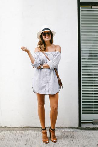 Как и с чем носить: серое платье с открытыми плечами в вертикальную полоску, коричневые кожаные босоножки на каблуке, коричневая кожаная сумка через плечо, белая соломенная шляпа