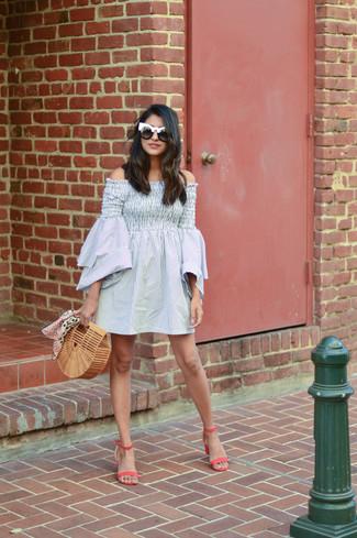 Как и с чем носить: серое платье с открытыми плечами в вертикальную полоску, ярко-розовые кожаные босоножки на каблуке, светло-коричневый соломенный клатч, черно-белые солнцезащитные очки