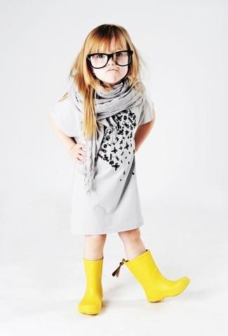 Как и с чем носить: серое платье с принтом, желтые резиновые сапоги, серый шарф