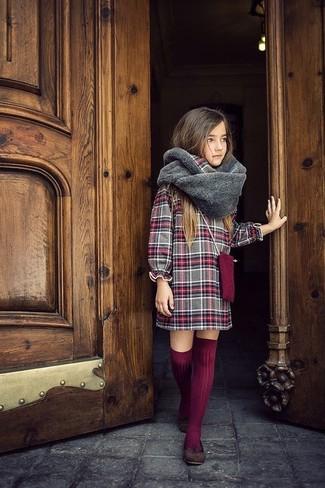 Как и с чем носить: серое платье в шотландскую клетку, темно-коричневые балетки, темно-красные носки до колена, серый меховой шарф