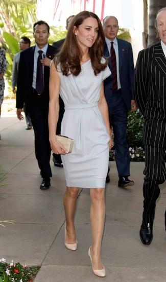 серое платье футляр бежевые кожаные туфли бежевый клатч с украшением large 10222