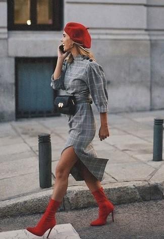 Как и с чем носить: серое платье-футляр в шотландскую клетку, красные ботильоны на резинке, черная кожаная поясная сумка, красный берет