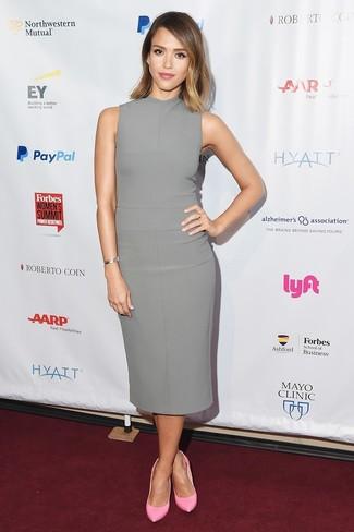 Как Jessica Alba носит Серое платье-футляр, Розовые кожаные туфли