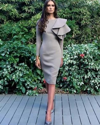 Как и с чем носить: серое платье-футляр с рюшами, серые кожаные туфли