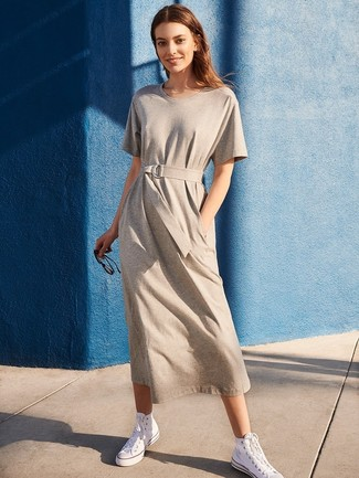 Как и с чем носить: серое повседневное платье, белые высокие кеды из плотной ткани