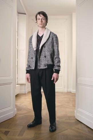 Модный лук: серое полупальто в шотландскую клетку, темно-серый свитер с v-образным вырезом с ромбами, черные классические брюки, черные кожаные туфли дерби
