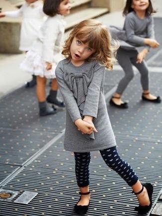 Как и с чем носить: серое шерстяное платье, темно-синие леггинсы в горошек, черные балетки