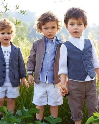 Как и с чем носить: серый бомбер, голубая рубашка с длинным рукавом, белые шорты