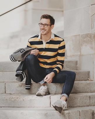 Как и с чем носить: серый бомбер, желтый свитер с воротником поло в горизонтальную полоску, черные джинсы, серые замшевые кроссовки