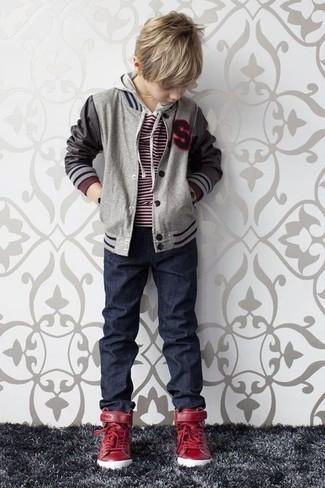 Как и с чем носить: серый бомбер, красный свитер, темно-синие джинсы, красные кеды