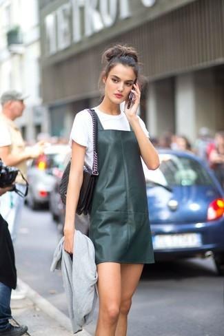 Как и с чем носить: серый бомбер, темно-зеленый кожаный сарафан, белая футболка с круглым вырезом, черная кожаная стеганая сумка-саквояж