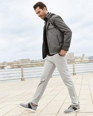 Как и с чем носить: серый бомбер, черная водолазка, серые брюки чинос, серые низкие кеды из плотной ткани