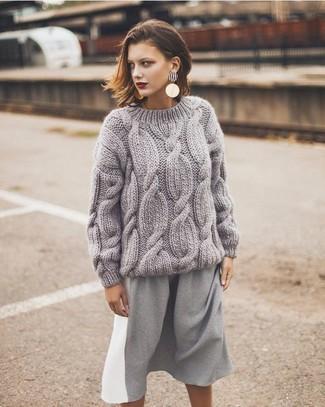 модный лук серый вязаный вязаный свитер серая юбка миди золотые