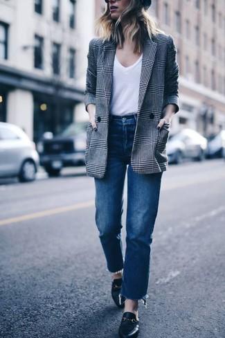 Как и с чем носить: серый двубортный пиджак в шотландскую клетку, белая футболка с v-образным вырезом, синие джинсы, черные кожаные лоферы