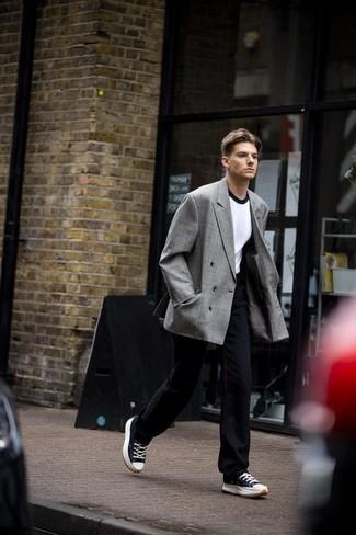С чем носить темно-сине-белые низкие кеды из плотной ткани мужчине: Серый двубортный пиджак в шотландскую клетку и темно-синие брюки чинос позволят составить нескучный мужской образ для офиса. Ты сможешь легко адаптировать такой ансамбль к повседневным делам, завершив его темно-сине-белыми низкими кедами из плотной ткани.