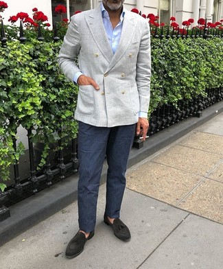 Как и с чем носить: серый льняной двубортный пиджак, голубая классическая рубашка, темно-синие льняные классические брюки, черные замшевые лоферы с кисточками