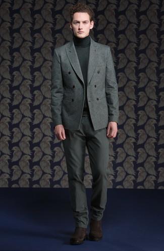 Модный лук: серый шерстяной двубортный пиджак, темно-серая водолазка, серые брюки чинос, темно-коричневые замшевые ботинки челси
