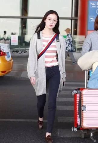 Как и с чем носить: серый длинный кардиган, розовая футболка с круглым вырезом в горизонтальную полоску, черные джинсы скинни, темно-коричневые кожаные лоферы