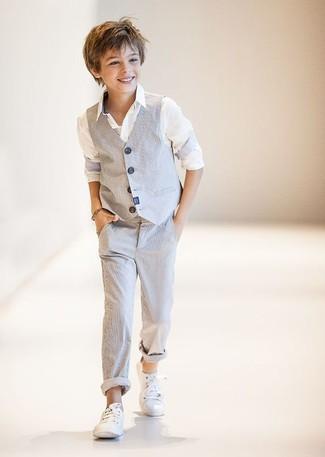 Как и с чем носить: серый жилет, белая рубашка с длинным рукавом, серые брюки, белые кеды
