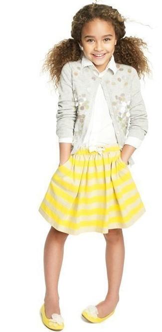 Как и с чем носить: серый кардиган с украшением, белая классическая рубашка, желтая юбка в горизонтальную полоску, желтые балетки