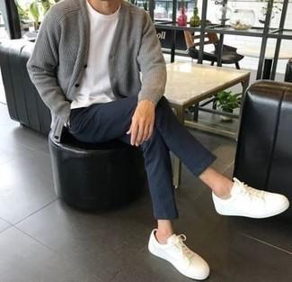Темно-синие брюки чинос: с чем носить и как сочетать: Если в одежде ты ценишь удобство и функциональность, попробуй это образ из серого вязаного кардигана и темно-синих брюк чинос. Любишь смелые сочетания? Закончи свой образ белыми низкими кедами.