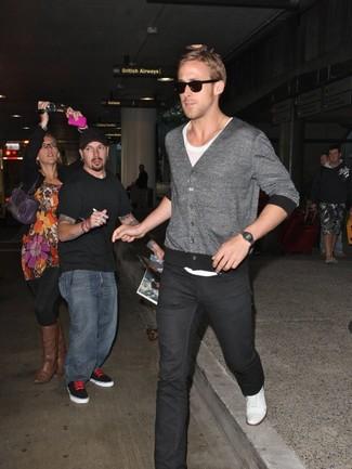 Как Ryan Gosling носит Серый кардиган, Белая футболка с круглым вырезом, Черные джинсы, Белые плимсоллы