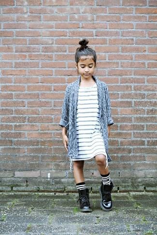 Как и с чем носить: серый кардиган с леопардовым принтом, белое платье в горизонтальную полоску, черные кожаные ботинки, бело-черные носки в горизонтальную полоску