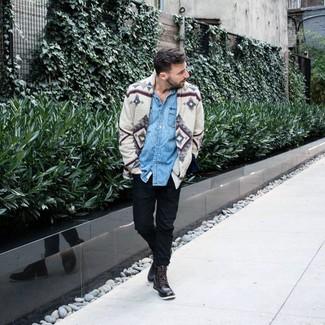 Как и с чем носить: серый кардиган с принтом, голубая джинсовая рубашка, черные брюки чинос, темно-коричневые кожаные повседневные ботинки