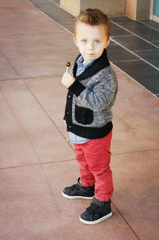 Как и с чем носить: серый кардиган, голубая джинсовая рубашка с длинным рукавом, красные джинсы, черные кеды