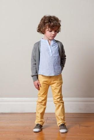 Как и с чем носить: серый кардиган, голубая футболка с длинным рукавом, желтые джинсы, темно-коричневые кеды