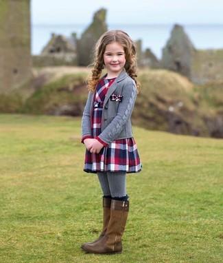 Как и с чем носить: серый кардиган, красно-темно-синее платье в шотландскую клетку, коричневые ботинки, серые колготки