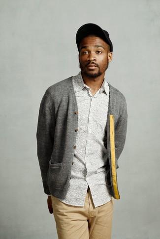 Как и с чем носить: серый кардиган, серая рубашка с длинным рукавом с цветочным принтом, светло-коричневые брюки чинос, черная бейсболка