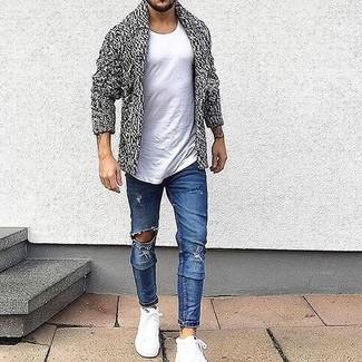 Как и с чем носить: серый кардиган с отложным воротником, белая футболка с круглым вырезом, синие рваные зауженные джинсы, белые высокие кеды