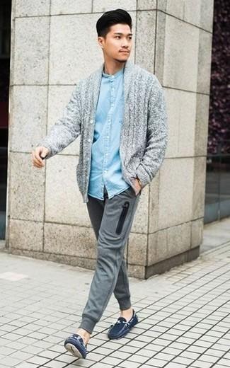 Голубая джинсовая рубашка: с чем носить и как сочетать мужчине: Голубая джинсовая рубашка и серые спортивные штаны — выбор мужчин, которые никогда не сидят на месте. Очень органично здесь будут смотреться темно-синие замшевые мокасины.