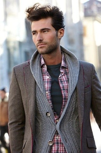 Модный лук: серый кардиган с отложным воротником, коричневый шерстяной пиджак, красная рубашка с длинным рукавом в шотландскую клетку, темно-серая футболка с круглым вырезом