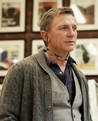 Как Daniel Craig носит Серый кардиган с отложным воротником, Серый шерстяной жилет, Черная рубашка с длинным рукавом