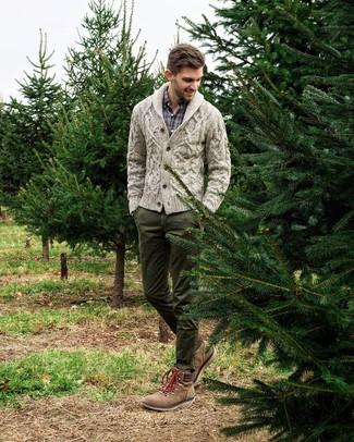 Как и с чем носить: серый кардиган с отложным воротником, темно-синяя рубашка с длинным рукавом в шотландскую клетку, темно-зеленые брюки чинос, коричневые замшевые рабочие ботинки