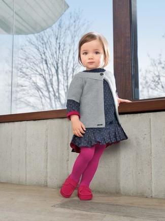 Как и с чем носить: серый кардиган, темно-синее платье в горошек, ярко-розовые лоферы, ярко-розовые колготки