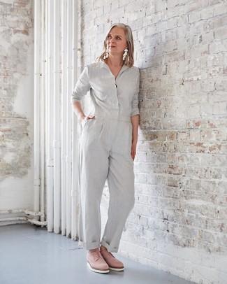 Как одеваться женщине за 50: Серый комбинезон — великолепный лук, если ты ищешь простой, но в то же время стильный ансамбль. Если ты любишь использовать в своих ансамблях разные стили, из обуви можешь надеть розовые замшевые оксфорды.