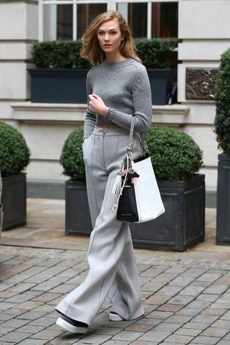 Как и с чем носить: серый короткий свитер, серые шерстяные широкие брюки, черно-белые кожаные лоферы на платформе, бело-черная кожаная большая сумка