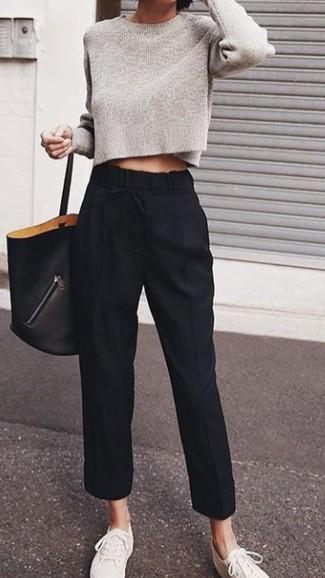 Белые низкие кеды из плотной ткани: с чем носить и как сочетать женщине: Серый короткий свитер и черные брюки-галифе прочно обосновались в гардеробе многих дам, позволяя составлять потрясающие и стильные образы. Если подобный образ кажется тебе слишком дерзким, сбалансируй его белыми низкими кедами из плотной ткани.