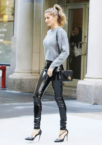 Как и с чем носить: серый короткий свитер, черные кожаные узкие брюки, черные кожаные туфли, черная кожаная стеганая сумка через плечо