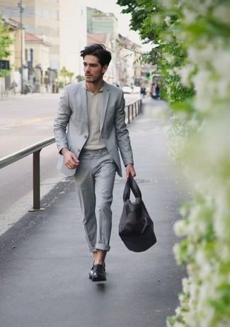 d0c53adcc835 ... Модный лук: серый костюм, бежевая футболка-поло, черные кожаные туфли  дерби,